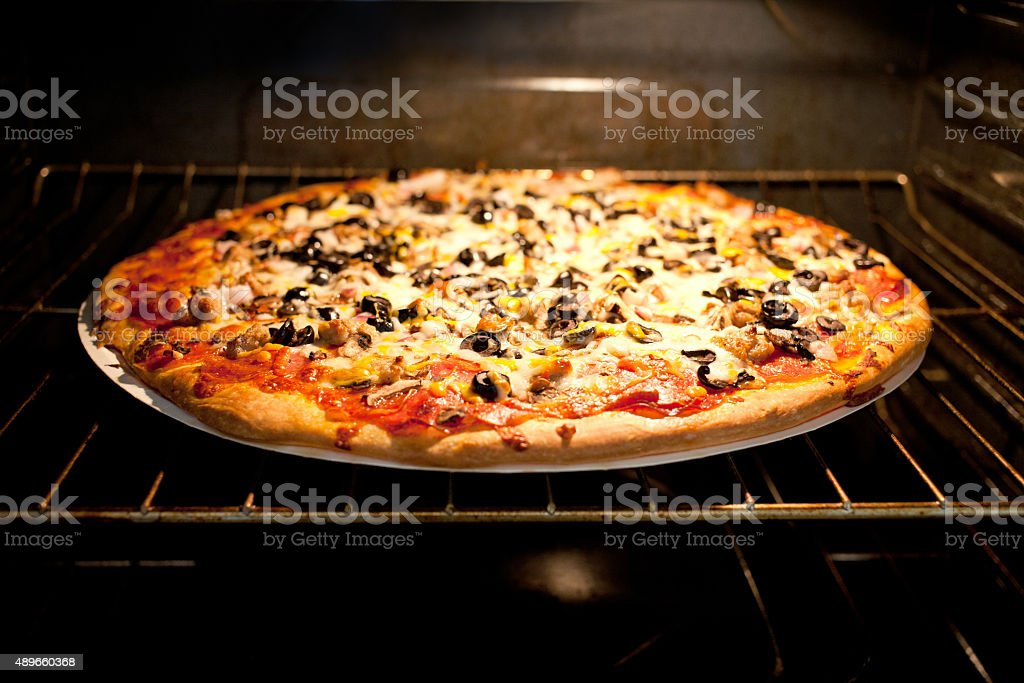 Cocinar En Horno Electrico | Pizza En Horno Electrico Stock Foto E Imagen De Stock 489660368