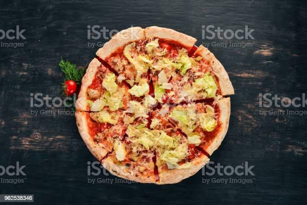 Foto de Pizza Cozinha Italiana Vista Superior Sobre Um Fundo Preto De Madeira Copie O Espaço e mais fotos de stock de Amarelo