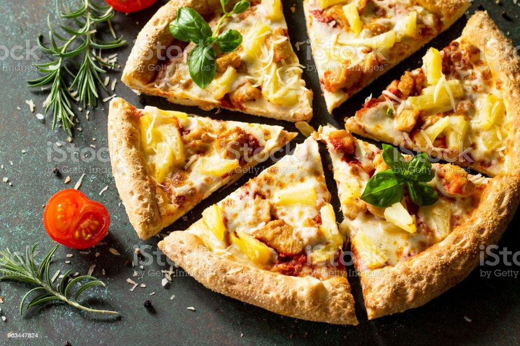 Pizza menü. Tavuk, ananas ve peynir ile lezzetli sıcak Hawai pizza. Güzel geleneksel İtalyan pizza üzerinde bir karanlık taş veya beton arka plan. - Royalty-free Akşam yemeği Stok görsel
