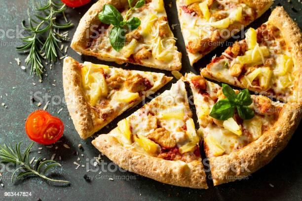 Pizza Menü Tavuk Ananas Ve Peynir Ile Lezzetli Sıcak Hawai Pizza Güzel Geleneksel İtalyan Pizza Üzerinde Bir Karanlık Taş Veya Beton Arka Plan Stok Fotoğraflar & Akşam yemeği'nin Daha Fazla Resimleri