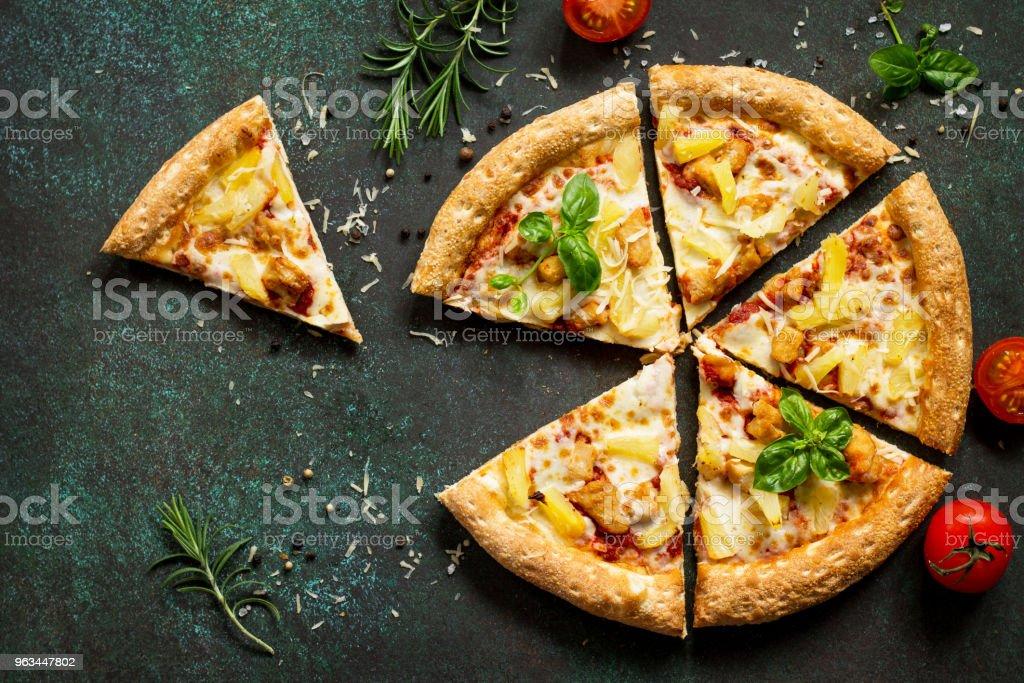 Menu pizza. Pizza italienne délicieuse traditionnel hawaïen sur fond béton ou Pierre foncée. Vue de dessus, copie de l'espace. - Photo de Aliment libre de droits