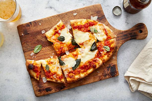 pizza neopolitan and beer aerial - fladenbrotpizza stock-fotos und bilder