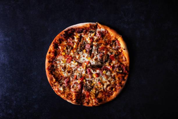 Pizza auf schwarzem Betonhintergrund – Foto