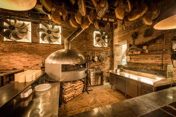 pizza-ofen in der offenen küche italienisches restaurant - küche rustikal gestalten stock-fotos und bilder
