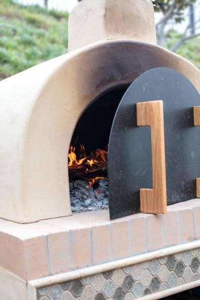 pizza-ofen gemacht, ziegel, zement und fliese desinfiziert zum backen von pizza mit brennholz - pizzaofen garten stock-fotos und bilder