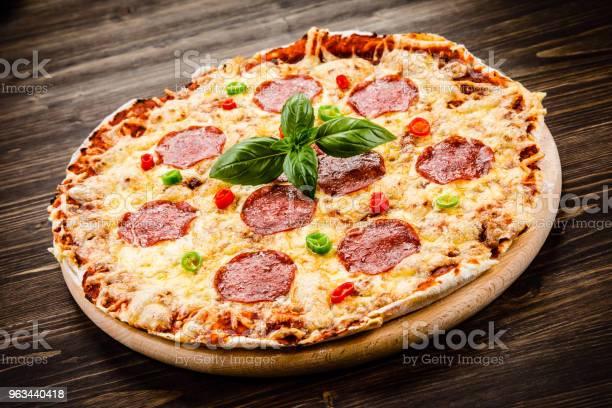 Ahşap Zemin Üzerine Biberli Pizza Stok Fotoğraflar & Acı Biber'nin Daha Fazla Resimleri