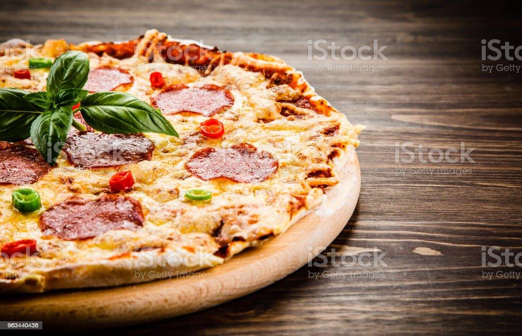 Pepperoni pizza sur fond en bois - Photo de Aliment libre de droits