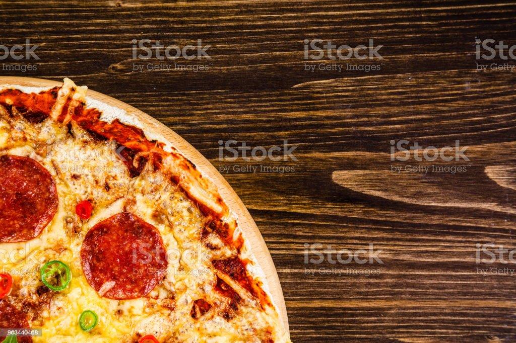 Ahşap zemin üzerine biberli pizza - Royalty-free Acı Biber Stok görsel