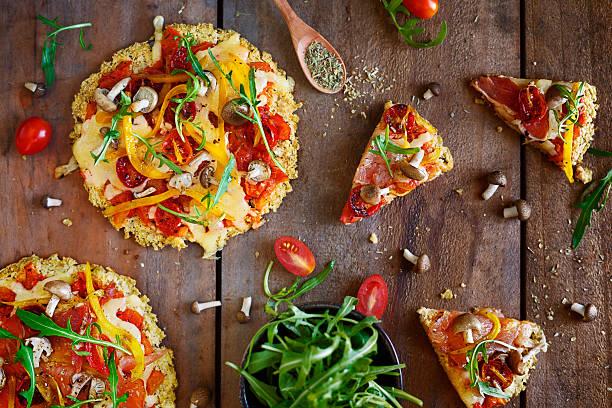 pizza - sans gluten photos et images de collection