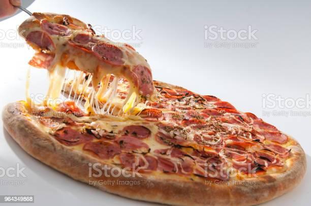 Foto de Pizza Soares Em Fatias Pizza De Mussarela Com Calabresa E Vista e mais fotos de stock de Alimentar