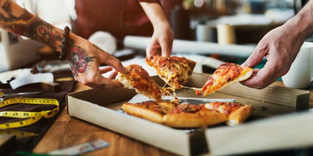 pizza sharing togetherness friendship community concept - freundin tattoos stock-fotos und bilder