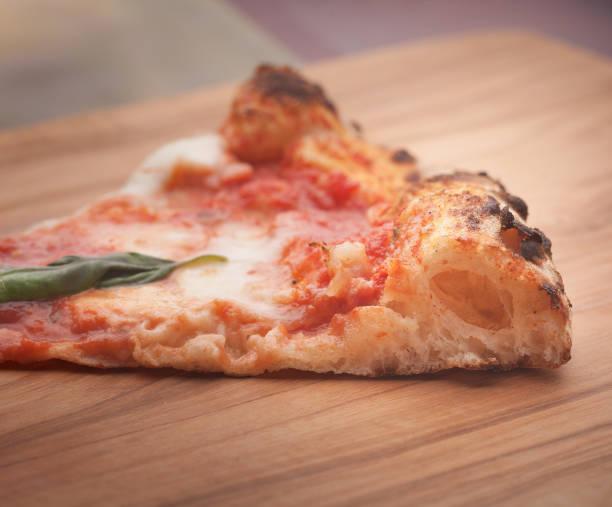 pizza slice, perfect gezuurd en gekookt - dikke pizza close up stockfoto's en -beelden