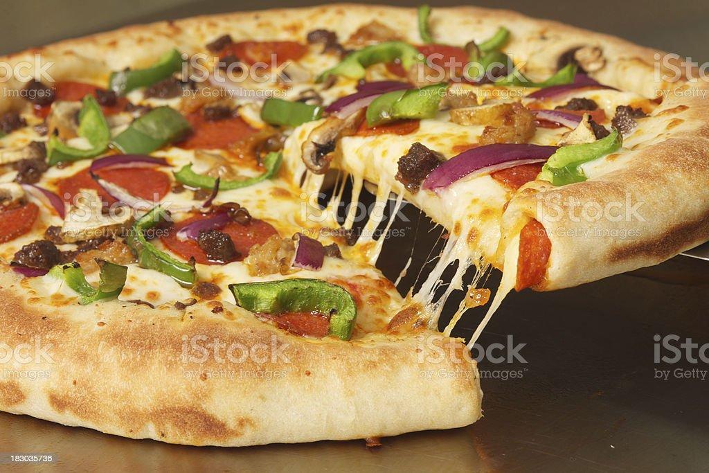 Pizza Mit Gefüllter Kuchen - Stockfoto | iStock