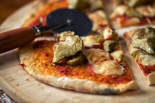 pizza mit artischocken - ofengemüse mit feta stock-fotos und bilder