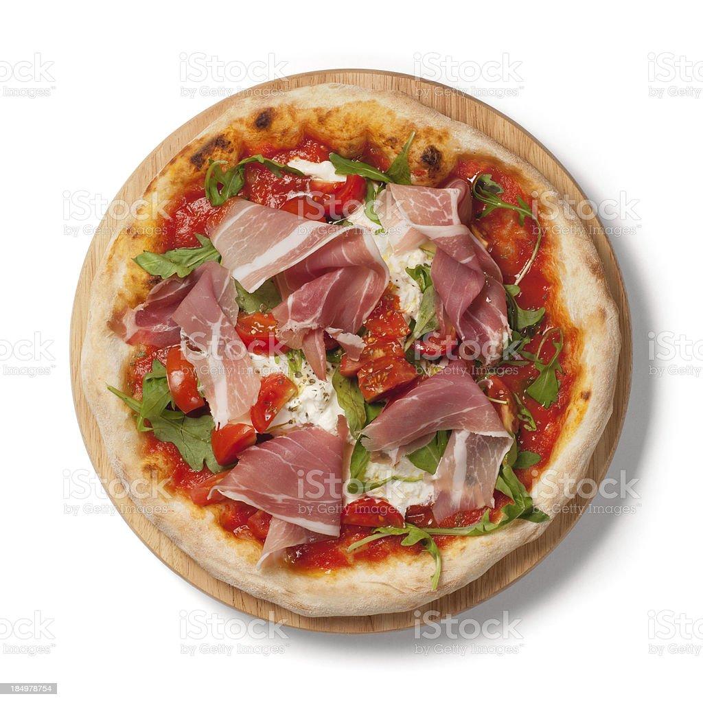 Pizza con pomodori freschi e prosciutto crudo di Parma, rucola su wodden piatto - Foto stock royalty-free di Burrata