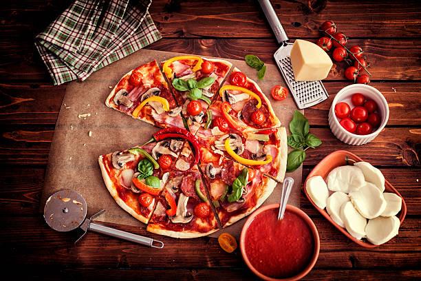 Pizza mit Zutaten – Foto