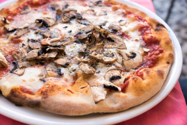 Pizza with mushrooms – zdjęcie
