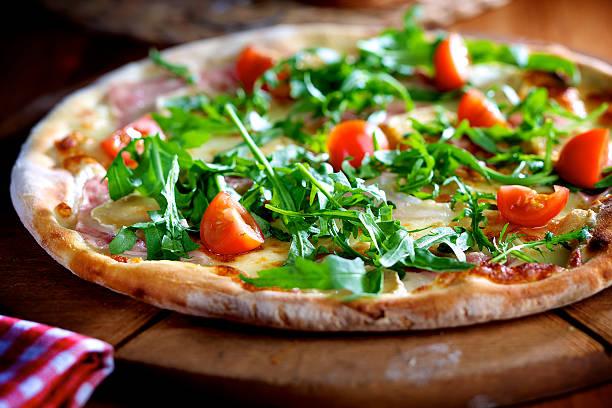피자, 루콜라 샐러드, 햄, 체리 토마토 - 아루굴라 뉴스 사진 이미지