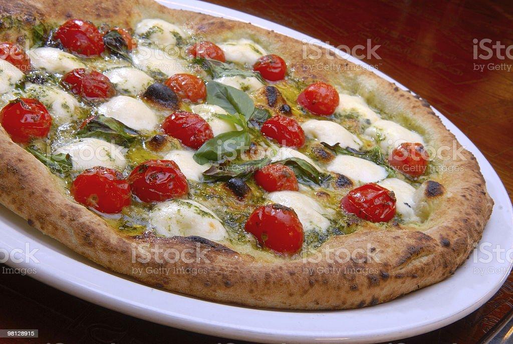 Pizza con pomodori e mozzarella foto stock royalty-free