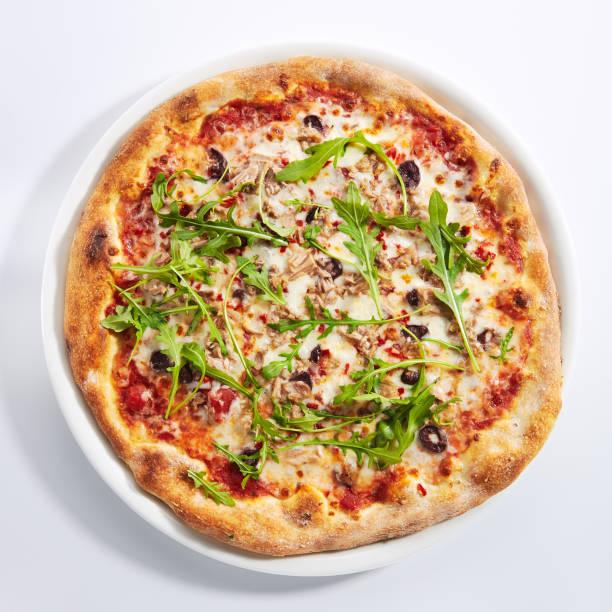 Pizza mit Thunfisch, Oliven und Arugula Top View Isoliert – Foto