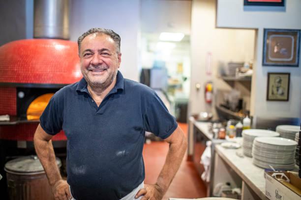 pizzeria-besitzer lächelnd - italienischer abstammung stock-fotos und bilder