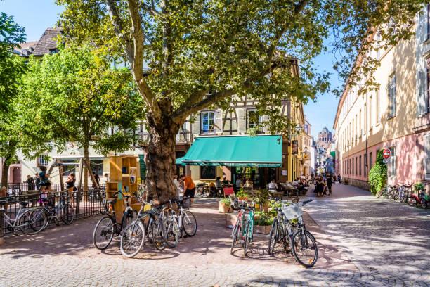 Place des Orphelins dans le quartier historique de Strasbourg, France. - Photo