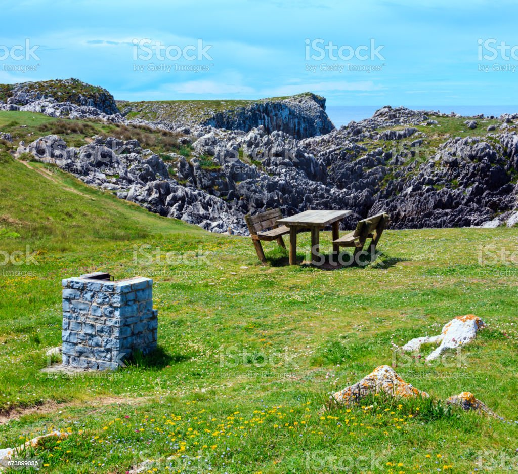 Place of rest on summer blossoming coast. photo libre de droits
