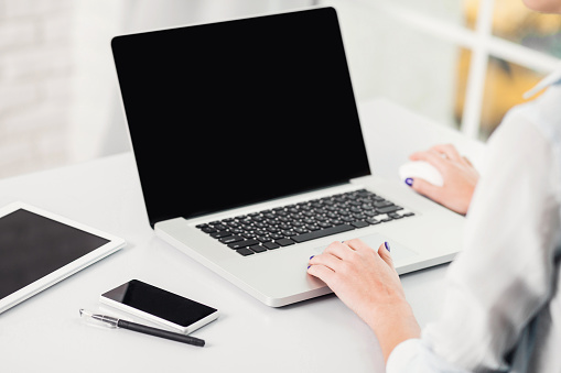 Place Of Work Woman Using Laptop - 1人のストックフォトや画像を多数ご用意