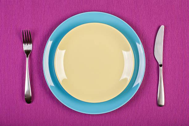 Gedeck mit Teller, Messer und Gabel – Foto
