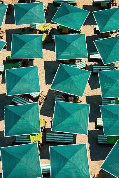 Plage. Vogelperspektive. Green Sonnenschirme – Foto