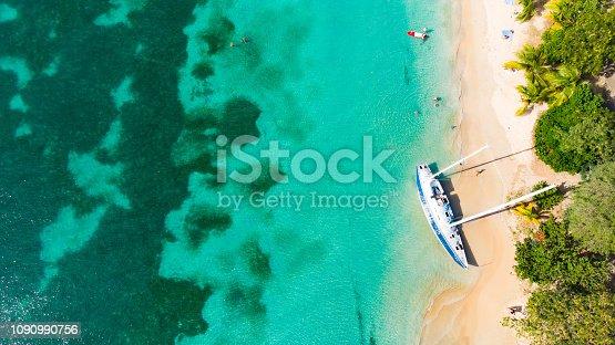 Un bateau échoué sur la plage de la Pointe Marin
