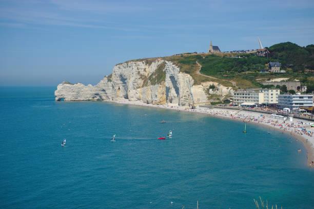 plage d'etretat et falaises, normandie, france - english channel stock pictures, royalty-free photos & images