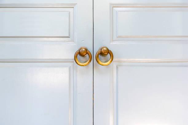 plain white portas de madeira - maçaneta manivela - fotografias e filmes do acervo