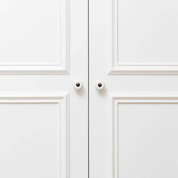 plain weiße holztüren - griffe für küchenschränke stock-fotos und bilder