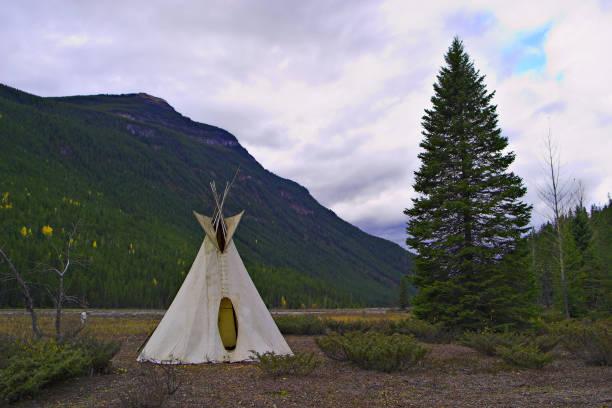 plains-indianer-tipi in den rocky mountains - indianer tipi stock-fotos und bilder
