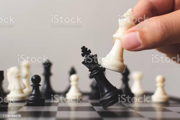 Plan Leading Strategy Of Successful Business Competition Leader Concept Hand Of Player Chess Board Game Putting White Pawn Copy Space For Your Text - Fotografias de stock e mais imagens de Antecipação