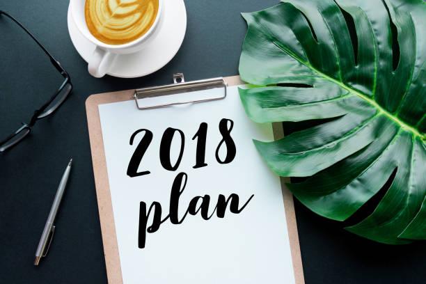 2018 plan text on notepad with office accessories. - folha de caderno imagens e fotografias de stock
