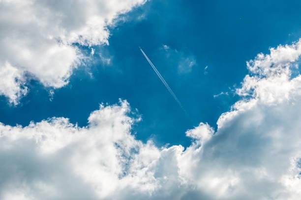 Ein Flugzeug über den Wolken am blauen Himmel – Foto