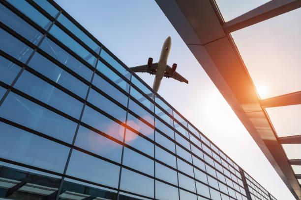Flugzeug und Flughafen-terminal in der Abenddämmerung – Foto