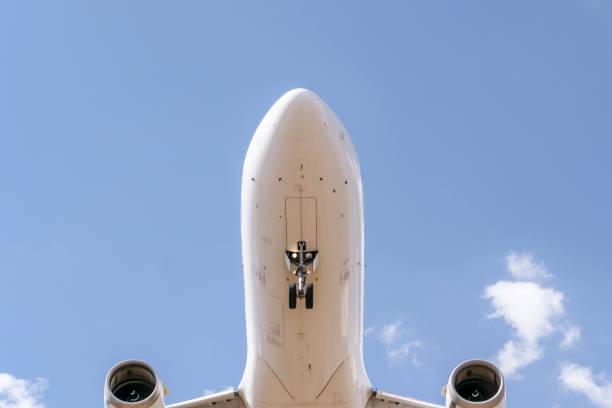 Chegando para um pouso de avião - foto de acervo