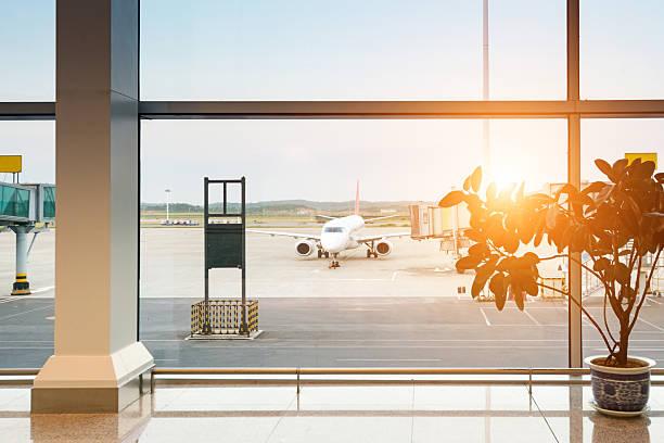Flugzeug auf dem Flughafen beim Laden – Foto