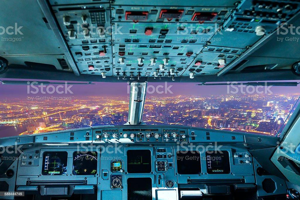 Flugzeug-cockpit und die Stadt bei Nacht Lizenzfreies stock-foto