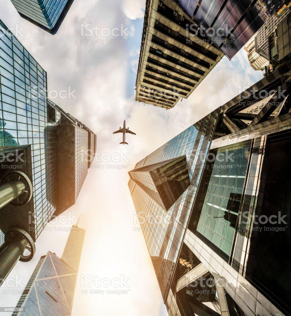 Flugzeug fliegen auf Geschäft Türme in Hong Kong – Foto