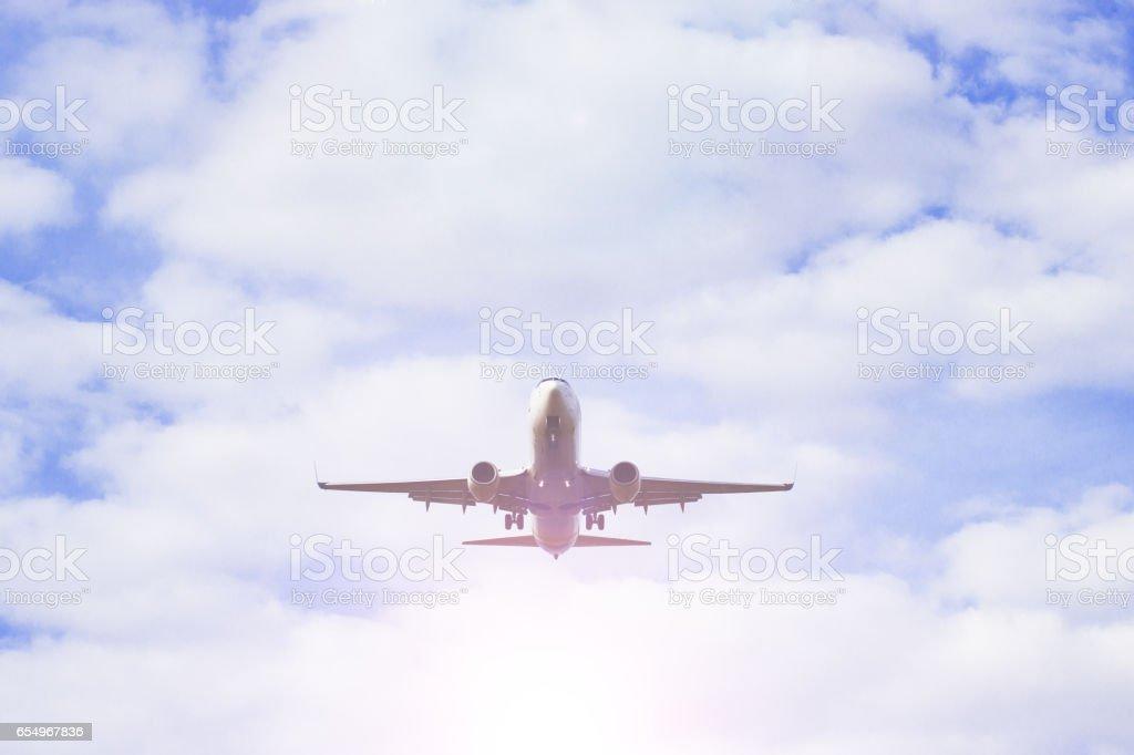 Flugzeug fliegen durch die Wolken am Himmel. Jet-Flugzeuge. – Foto