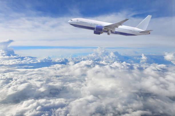 飛機飛行, 藍色和多雲的天空。 - 亂流 個照片及圖片檔