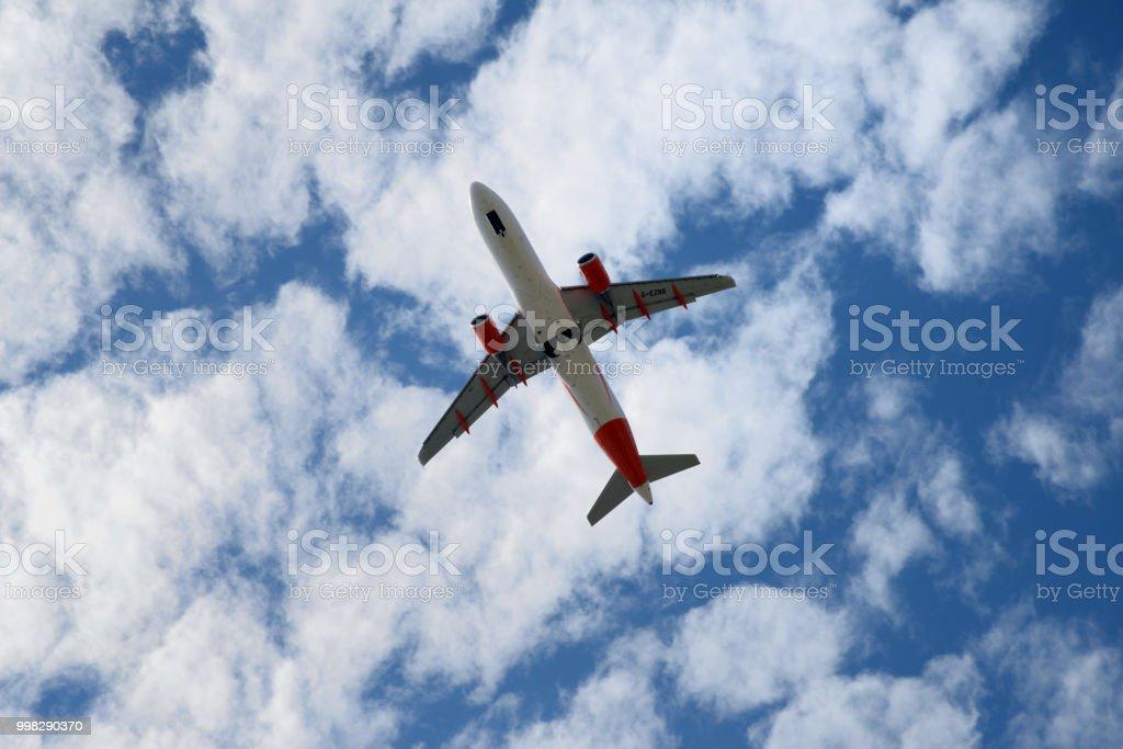Un avion dans le ciel stock photo