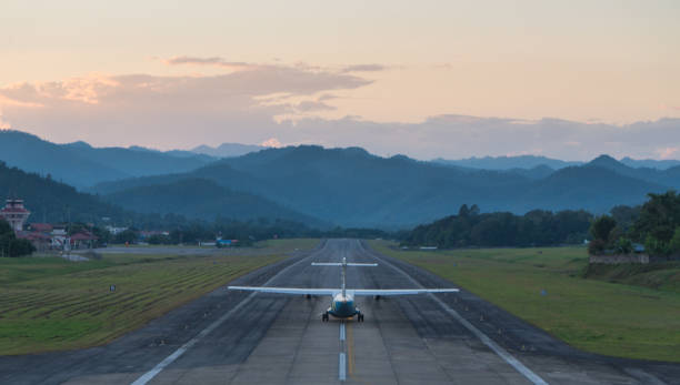 Flugzeug fliegt in den Flughafen. – Foto
