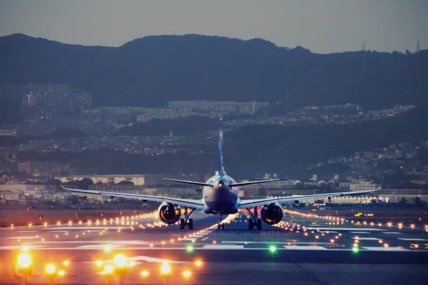 plane landing during blue hour - lądować zdjęcia i obrazy z banku zdjęć