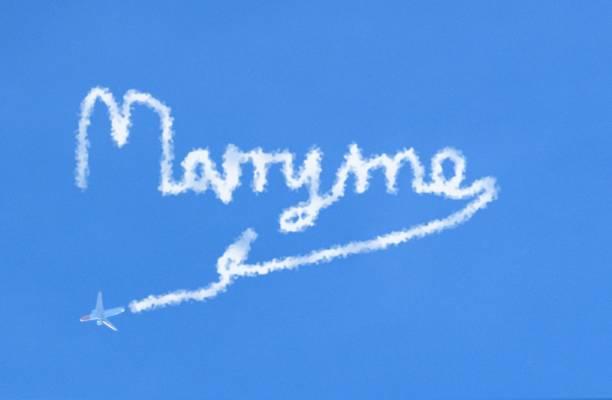 flugzeug verlassen himmel strecken schreiben heiraten mich mehrfachbelichtung - schrift am himmel stock-fotos und bilder