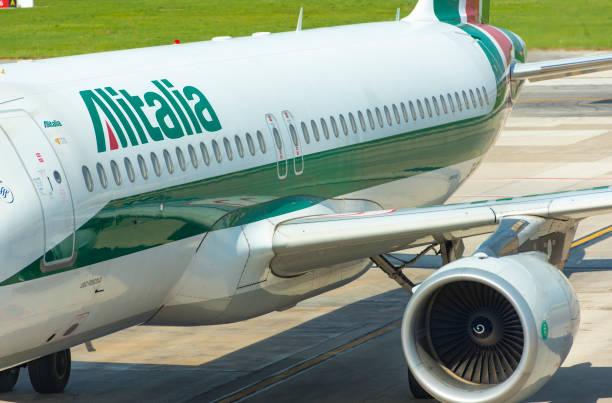 Avião da Alitalia, taxiando antes de decolar no aeroporto de Nápoles, na Itália - foto de acervo